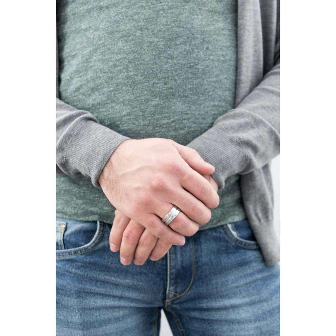Breil anelli Enclosure uomo TJ1391 indosso