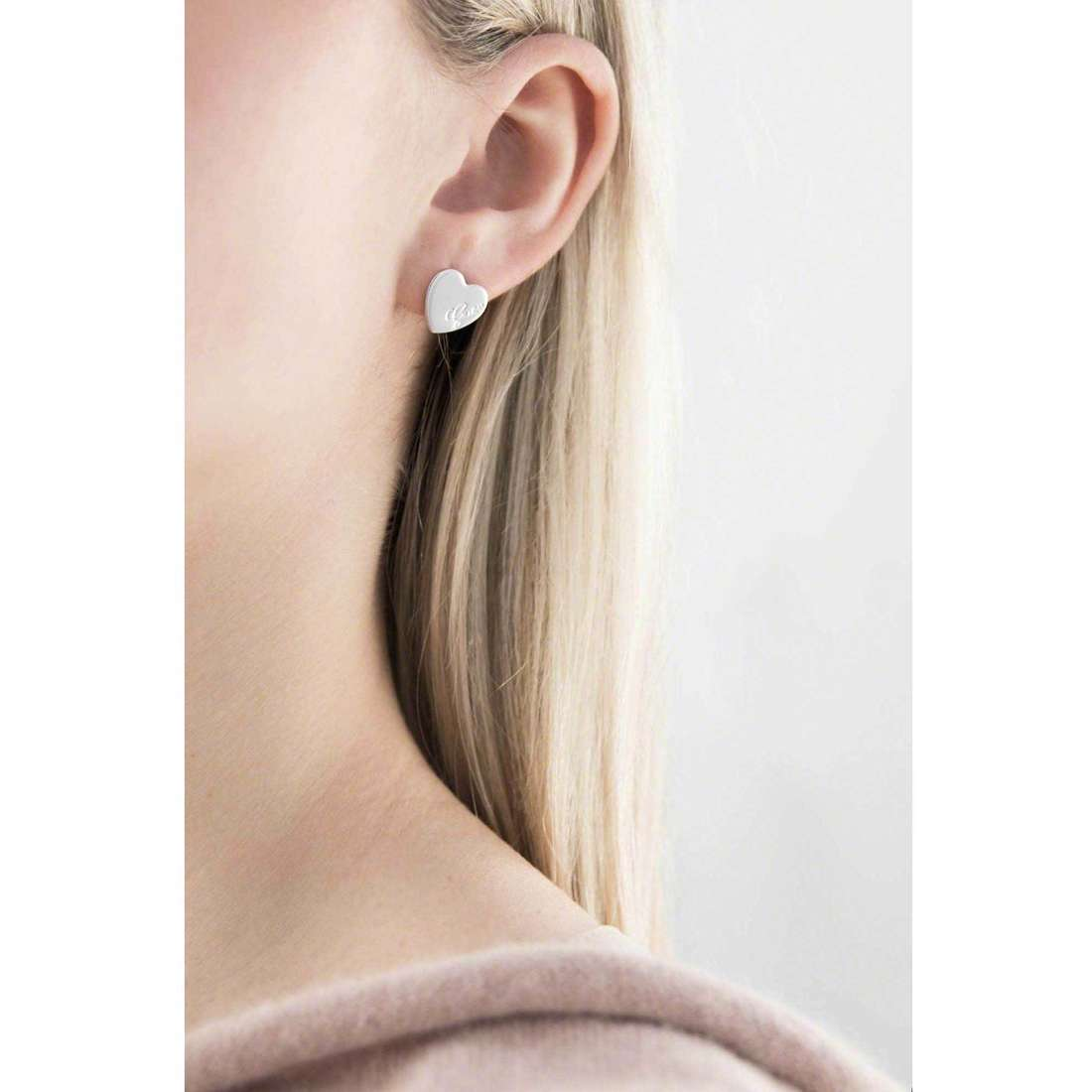 Guess boucles d'oreille Heartbeat femme UBE61053 indosso