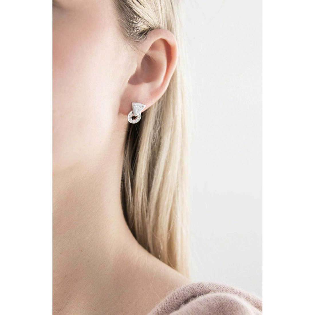 Guess boucles d'oreille Embrace Me femme UBE71505 indosso