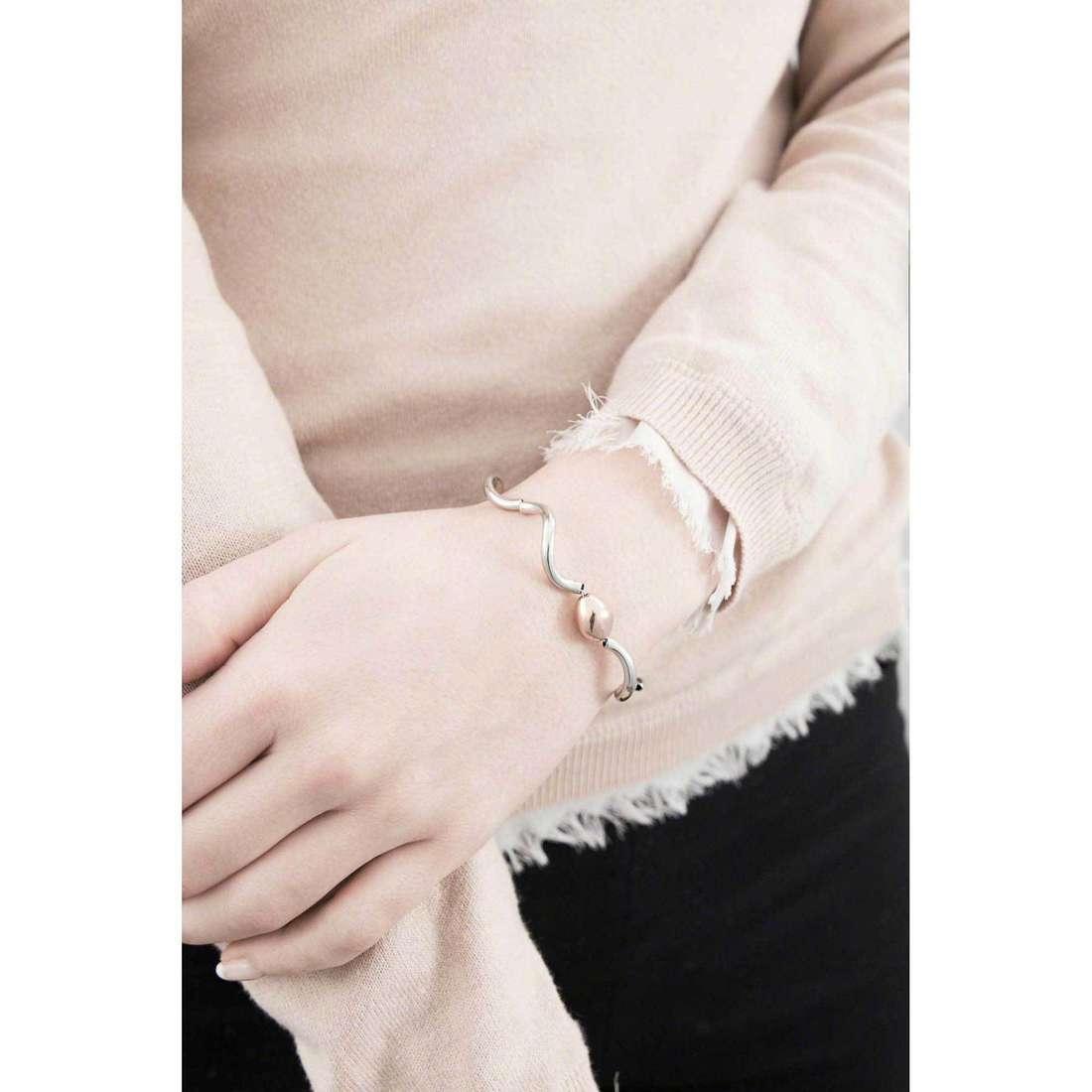 Breil bracciali Flowing donna TJ1575 indosso