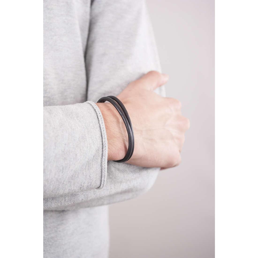 Emporio Armani bracciali uomo EGS2212040 indosso
