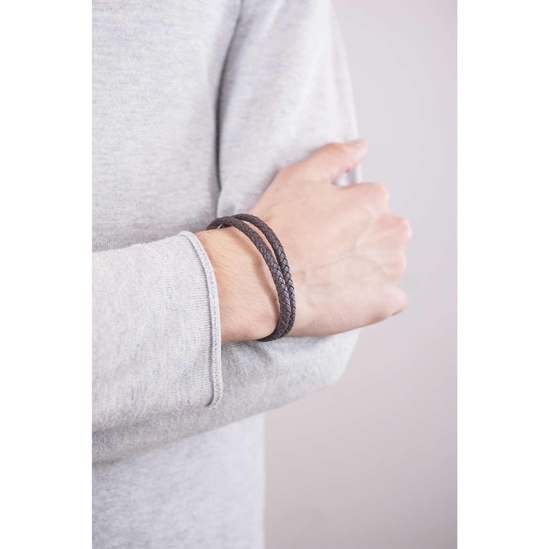 Emporio Armani bracciali Signature uomo EGS2177221 indosso