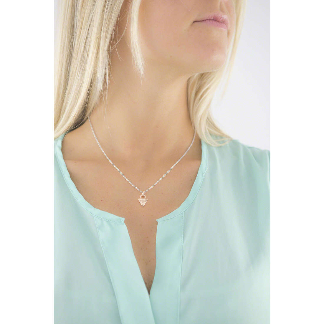 Guess colliers femme UBN61103 indosso