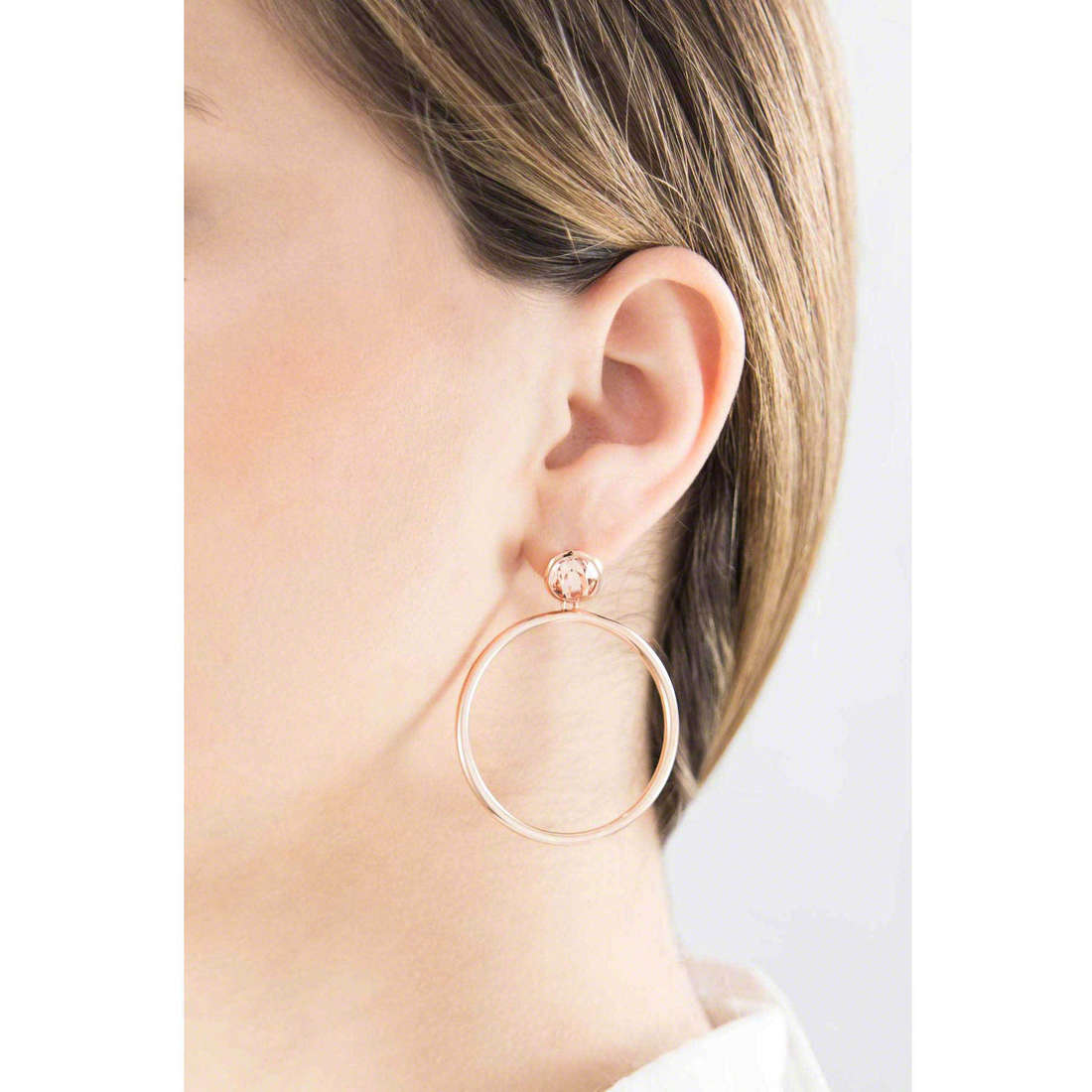 Brosway earrings E-Tring woman BRT31 indosso