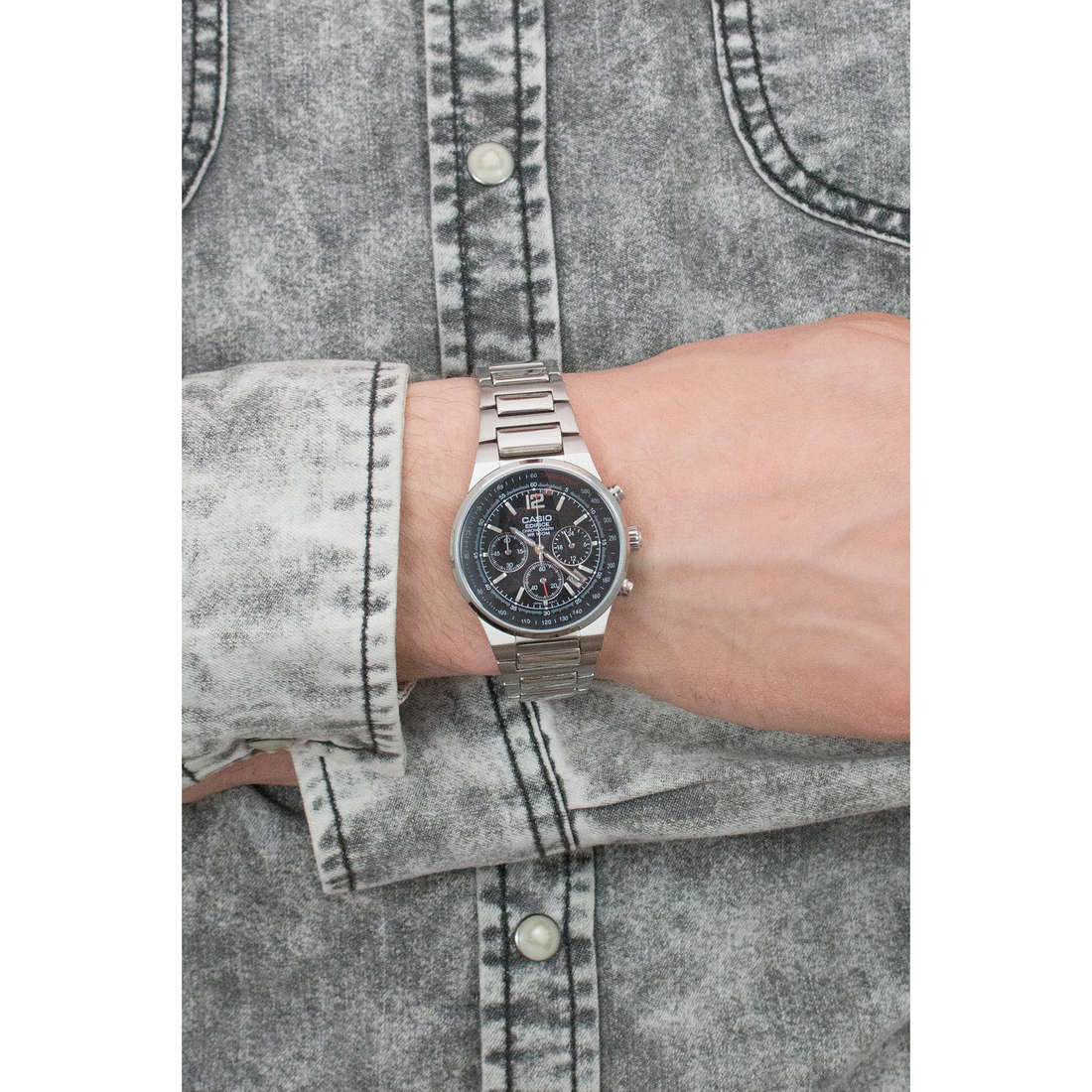 Casio chronographes Edifice homme EF-500D-1AVEF photo wearing