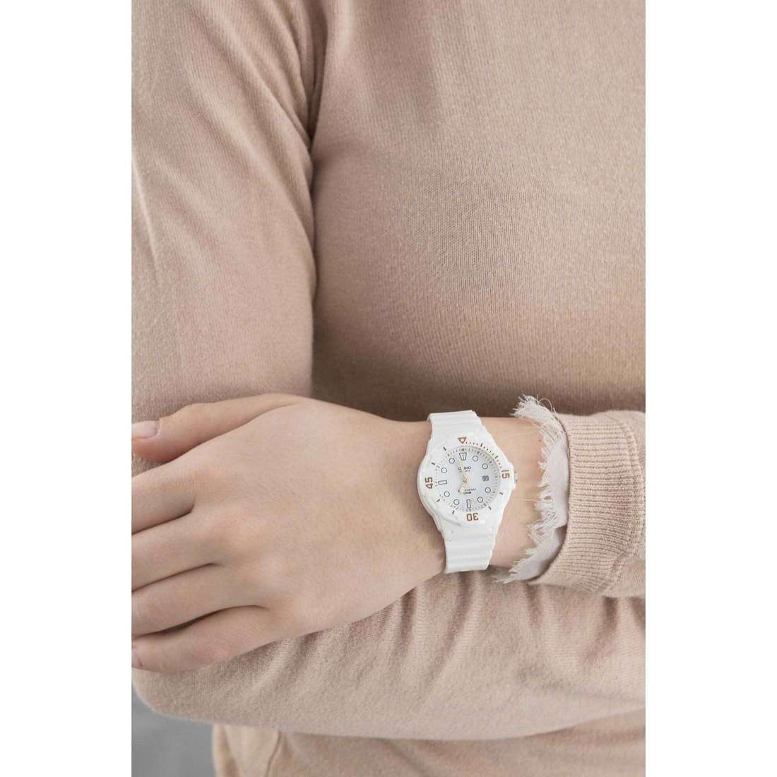 Casio seul le temps Casio Collection femme LRW-200H-7E2VEF indosso