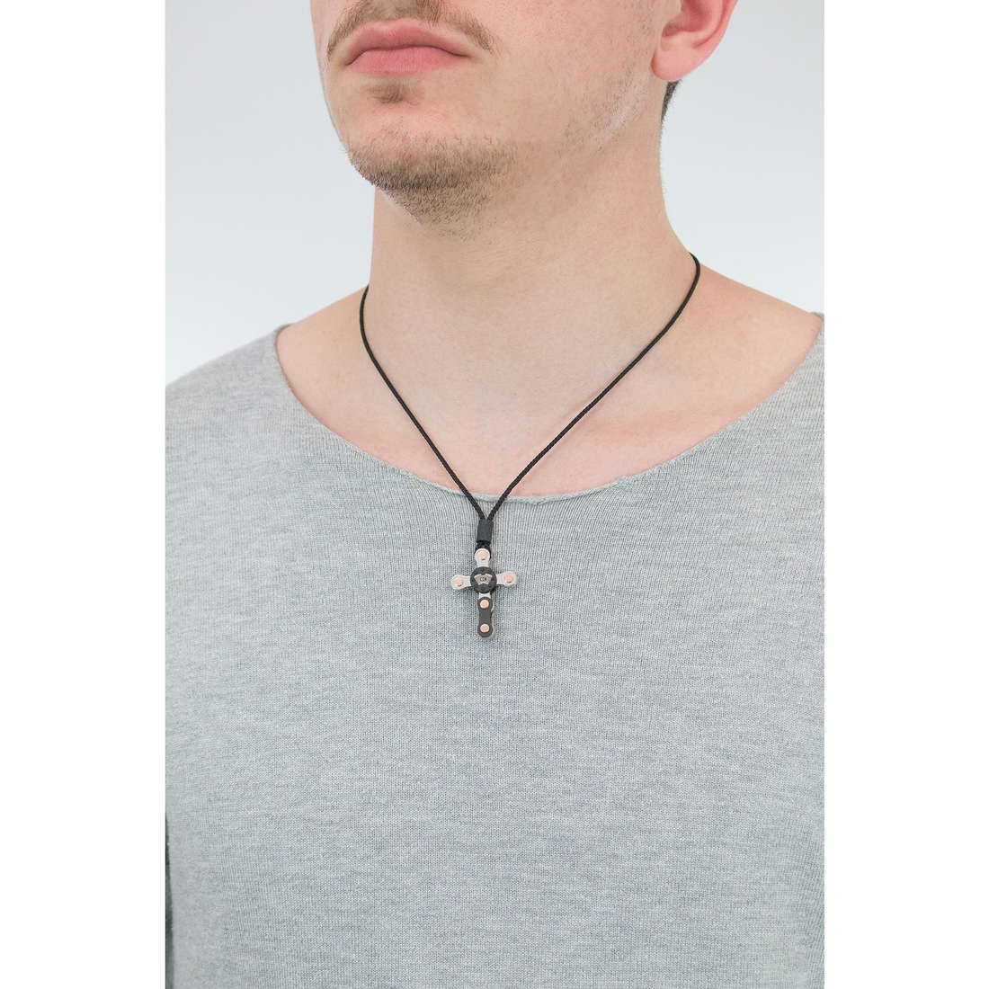 Comete necklaces 8Cilindri man UGL 536 photo wearing