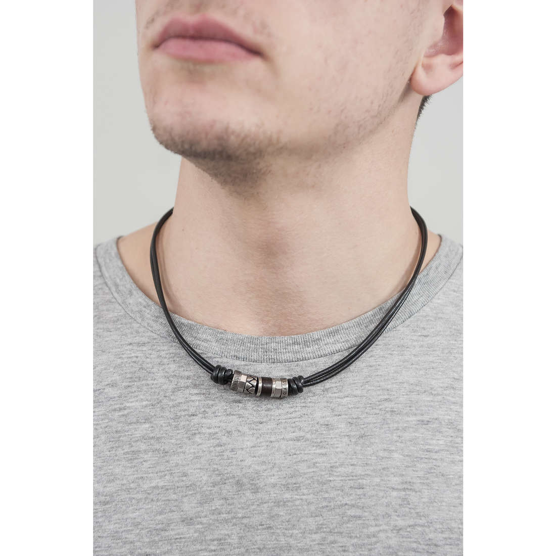 Fossil necklaces man JF84068040 indosso