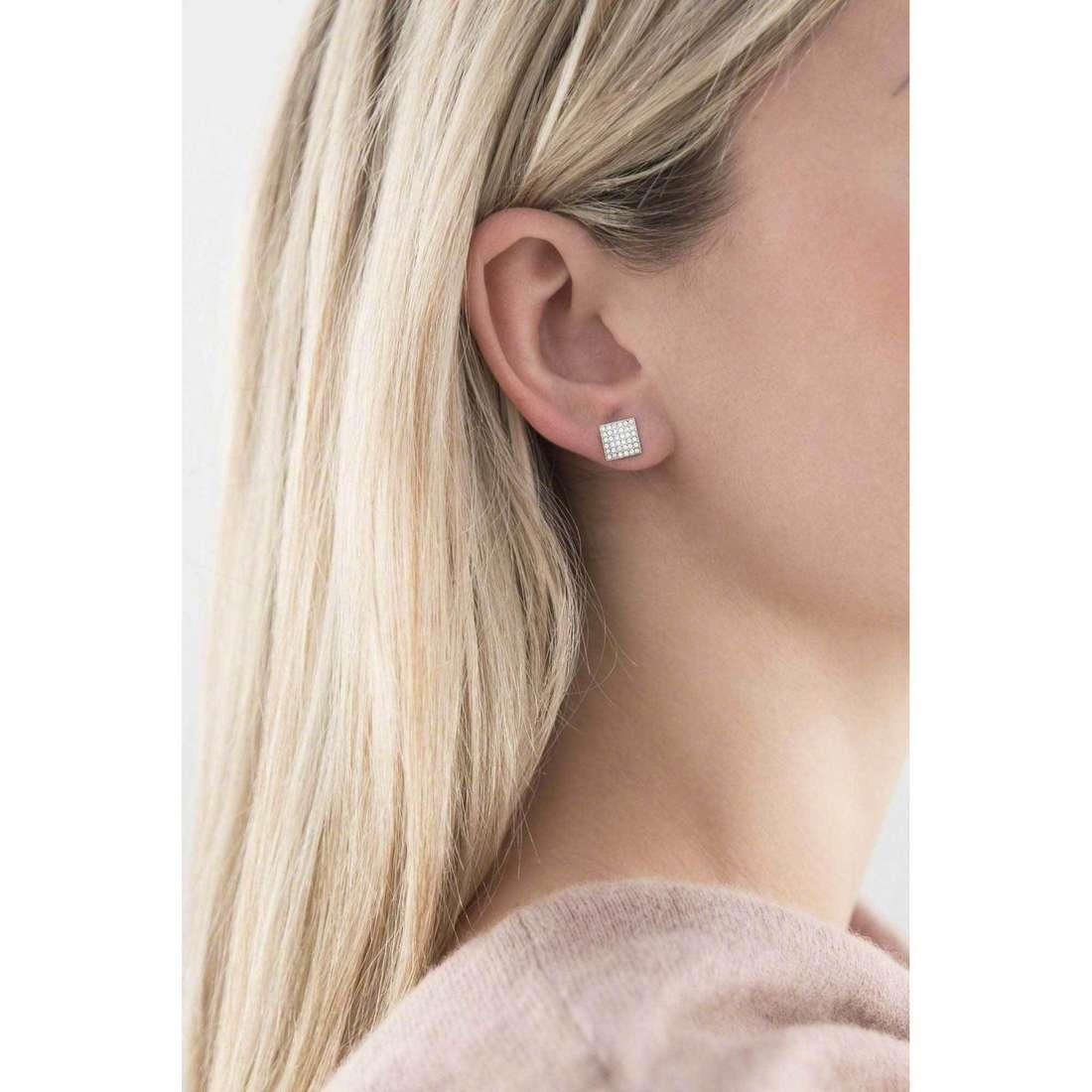 Fossil orecchini Holiday 15 donna JF02111040 indosso