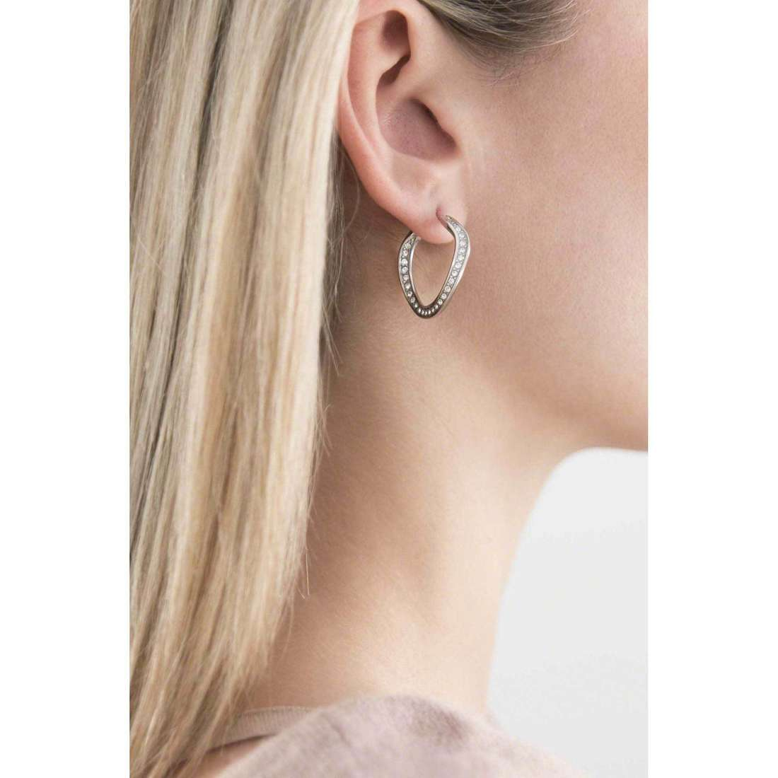 Fossil orecchini donna JF01144040 indosso
