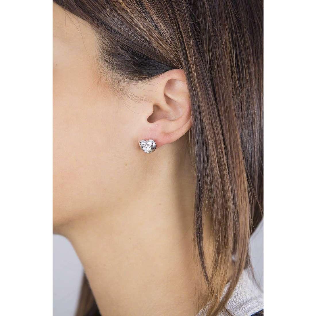 Guess orecchini Crystals Of Love donna UBE51415 indosso