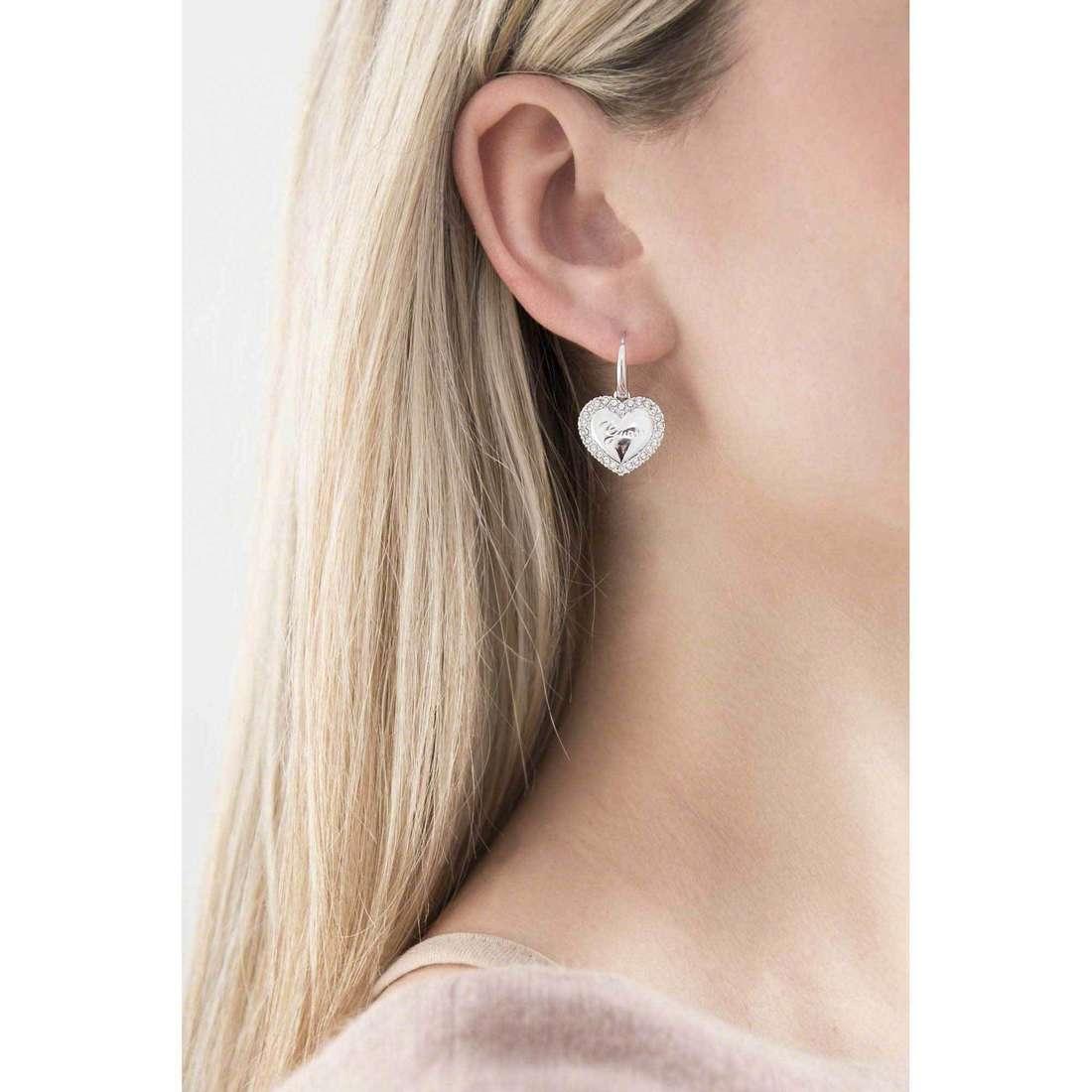 Guess orecchini Iconic donna UBE21510 indosso