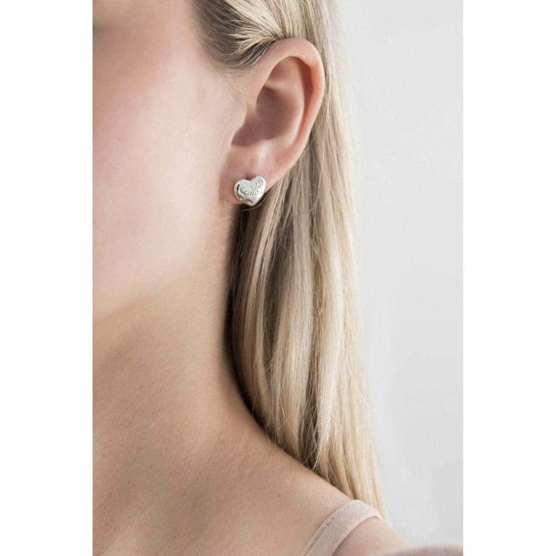 Guess orecchini Iconic donna UBE21519 indosso