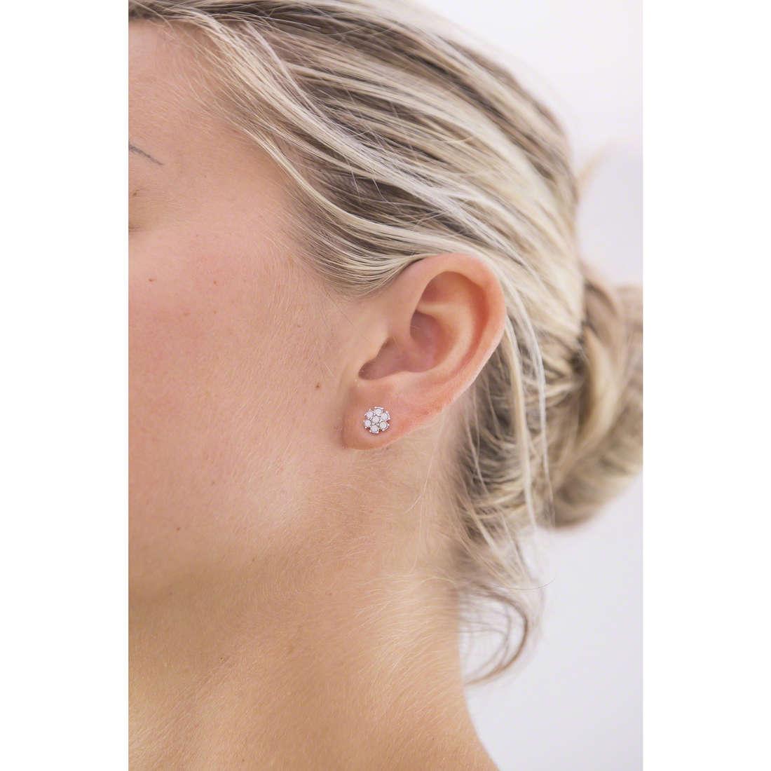 Guess orecchini donna UBE61070 indosso