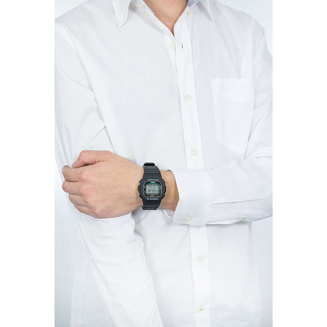 Casio digitali G-Shock uomo DW-5600E-1VER indosso