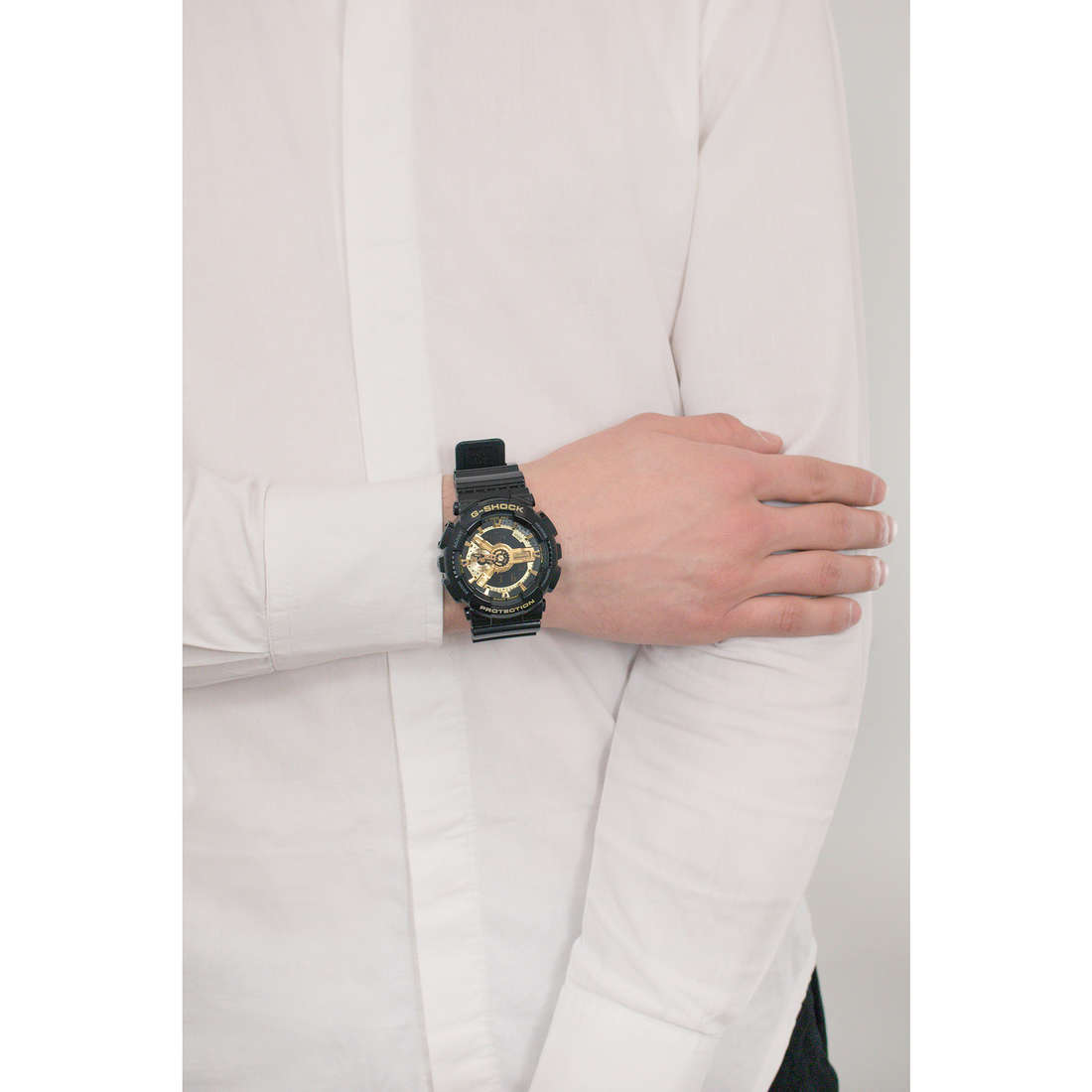 Casio digitali G-Shock uomo GA-110GB-1AER indosso