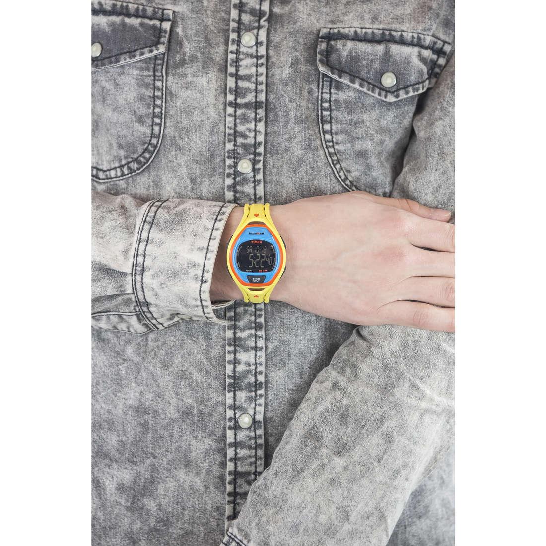 Timex digitali Ironman Colors uomo TW5M01500 indosso