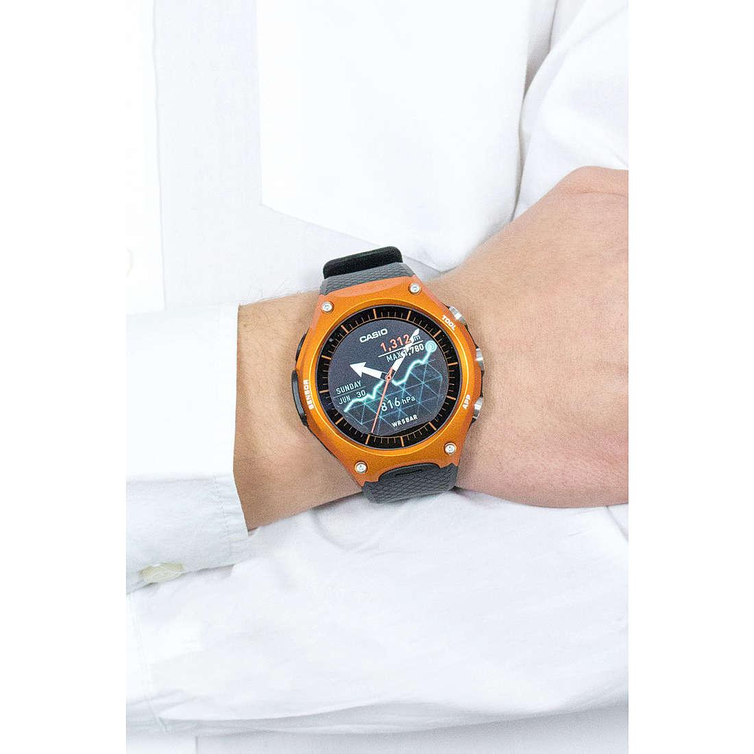 Casio Smartwatches uomo WSD-F10RG indosso