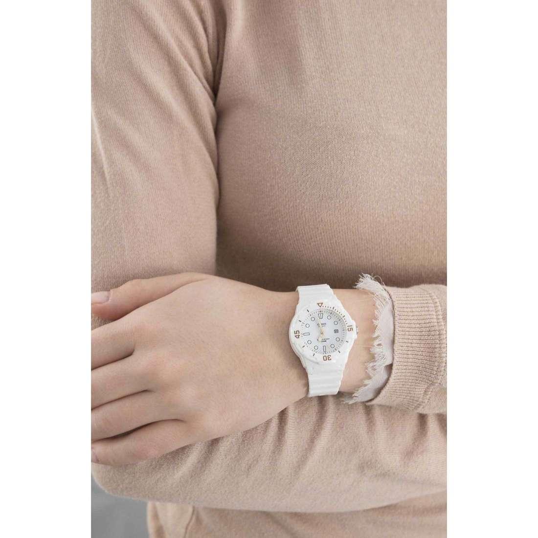 Casio solo tempo Casio Collection donna LRW-200H-7E2VEF indosso