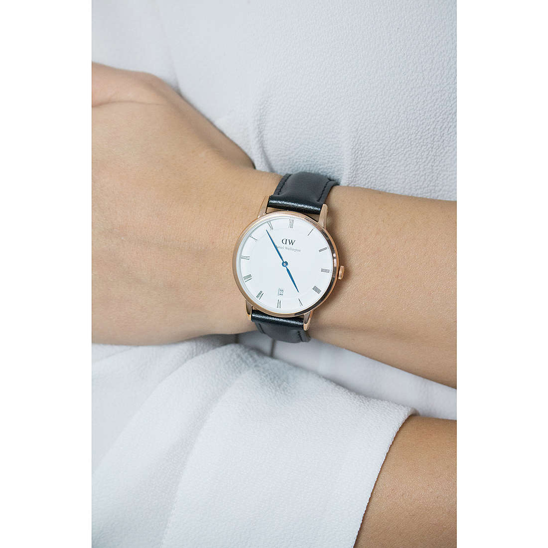 Daniel Wellington solo tempo Dapper Sheffield donna DW00100092 indosso