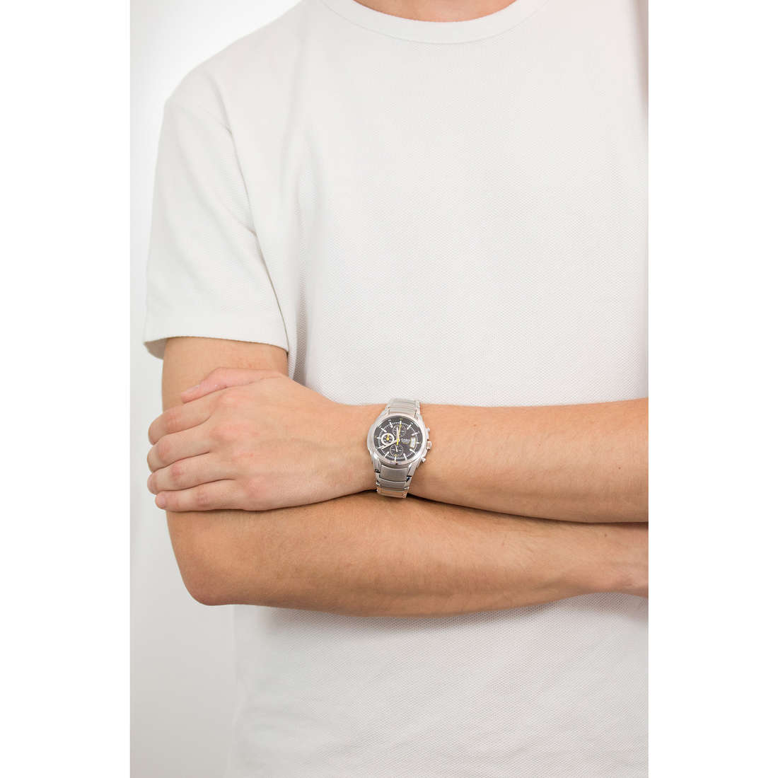 Casio chronographs Edifice man EF-512D-1AVEF indosso