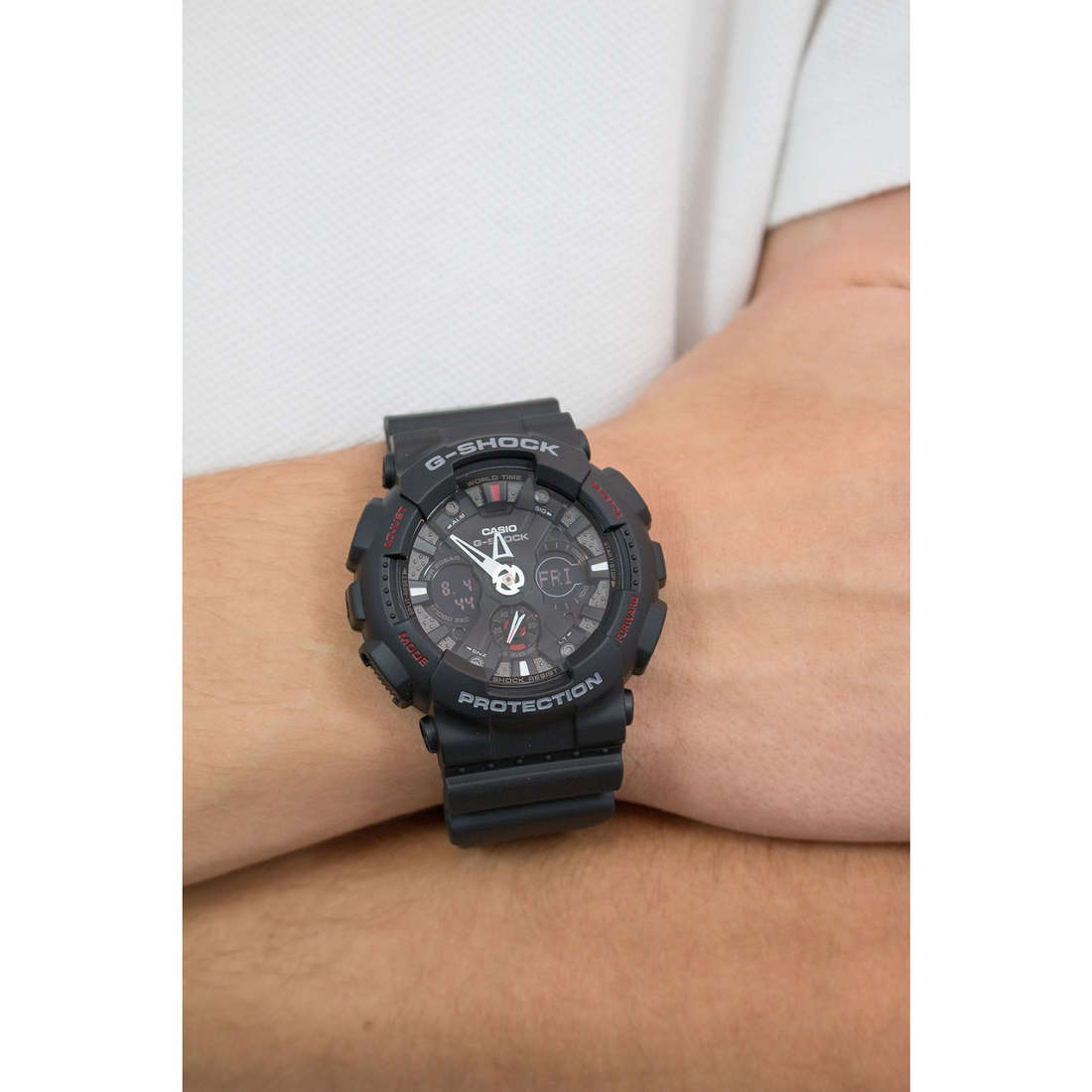 Casio digitals G-Shock man GA-120-1AER photo wearing