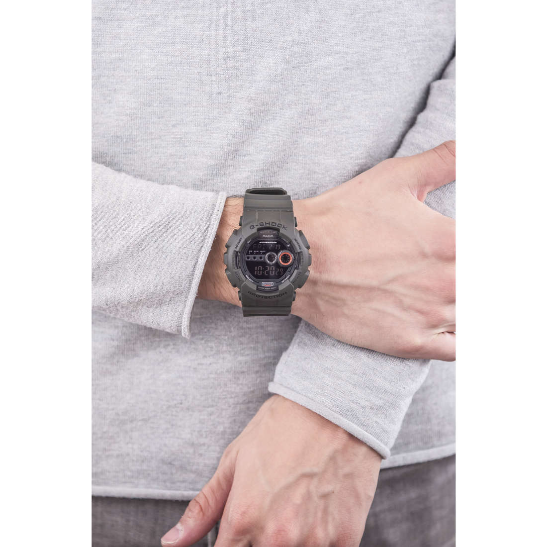 Casio digitals G-Shock man GD-100MS-3ER indosso