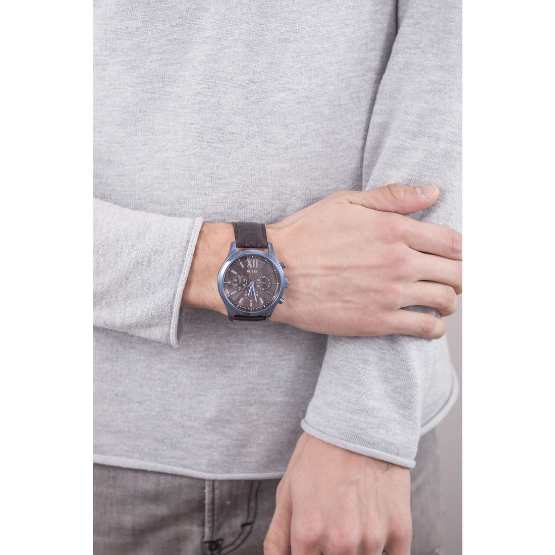 Guess multifunction Elevation man W0789G2 indosso