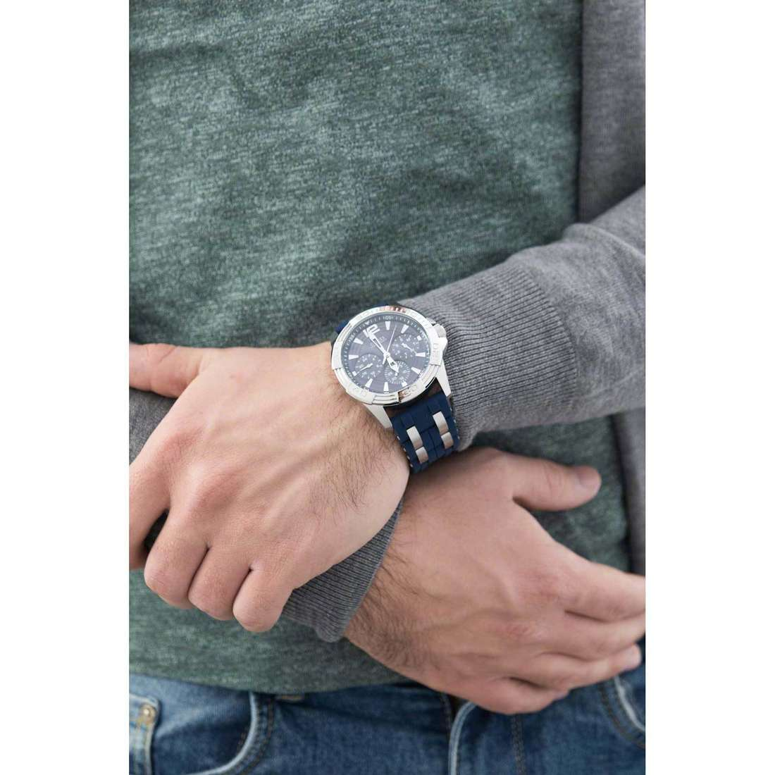 Guess multifunction Oasis man W0366G2 indosso