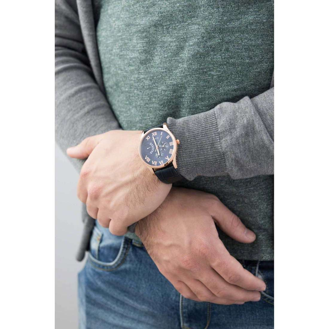 Guess multifunction Rose Gold man W0608G2 indosso