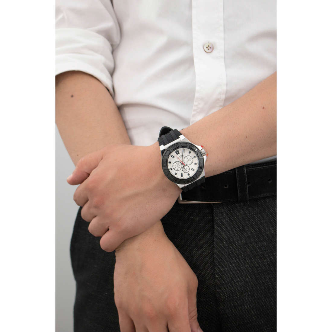 Guess multifunction man W0674G3 indosso