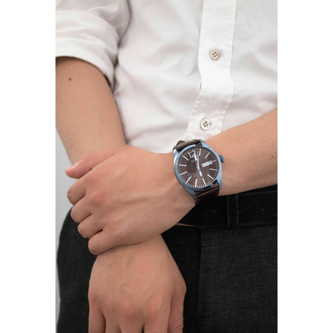 Guess only time man W0658G8 indosso