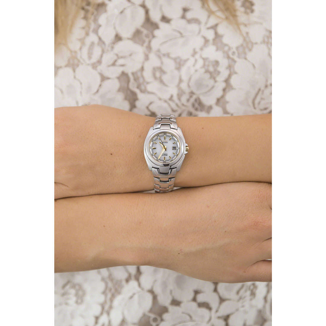 Citizen only time Eco-Drive woman EW0911-50A indosso