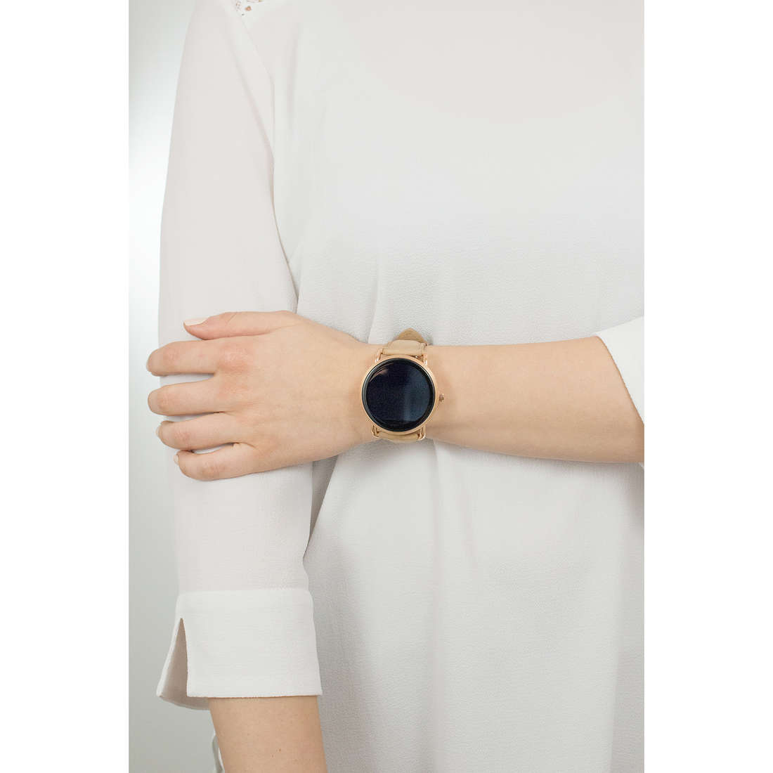 Fossil Smartwatches woman FTW2102 photo wearing